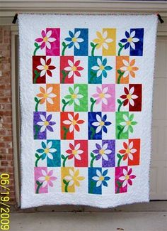 Spring is finally here! In celebration of the season, I've gathered a handful of patchwork quilts inspired by blooming gardens and spring break travels. Colchas Quilting, Quilting Board, Quilting Projects, Quilting Designs, Machine Quilting, Quilting Ideas, Quilt Modernen, Flower Quilts, Applique Quilts