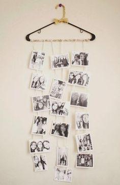 schwarz-weiße Fotos am Kleiderbügel hängen lassen