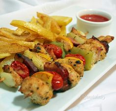 Ražniči je veľmi vďačné jedlo vďaka tomu, že recept je variabilný a hlavne jednoduchý. Pripravovať sa dá na ražni, na grile, na panvici, alebo v rúre. Takisto suroviny na ražniči sa dajú obmieňať od mäsa, cez údeniny, zeleninu, alebo ovocie. Poultry, French Toast, Grilling, Good Food, Food And Drink, Low Carb, Menu, Chicken, Cooking