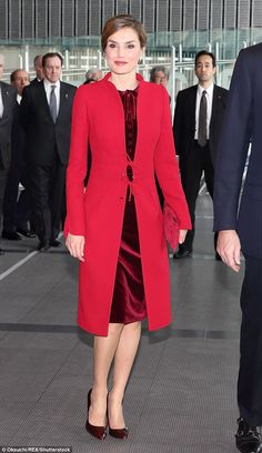 Queen Letizia and King Felipe attend a banquet in Tokyo Queen Letizia wore the red coat over a striking deep red velvet dress in Tokyo today Style Royal, Modele Hijab, Royal Clothing, Red Velvet Dress, Queen Letizia, Classic Outfits, Royal Fashion, Coat Dress, Dresses For Work