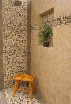 comment habiller les murs dans la salle de bain avec des carreaux mosaique imitant cailloux