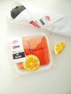 Diese realistische fühlte Essen Lachs Filets kommen in eine kleine Einlage für Ihren vorgetäuschten Backofen bereit. Sie erhalten 2 kleine