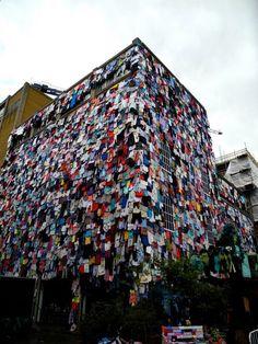FOTO: 10.000 capi appesi che servono come stimolo per incoraggiare a riciclare