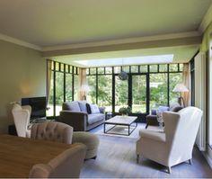 Aluminium veranda ingericht in landelijke stijl met zicht op groen Sunroom, Porch, Conference Room, Windows, Table, Outdoor, Furniture, Home Decor, Sunrooms
