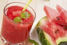 Watermelon juice tops the list of the most refreshing drink in summers. This is because watermelon is thirst quenching and delicious fruit. Watermelon Margarita, Watermelon Mint, La Constipation, Veggie Juice, Natural Colon Cleanse, Best Detox, Dieta Detox, Fresh Fruits And Vegetables, Cleanse Recipes