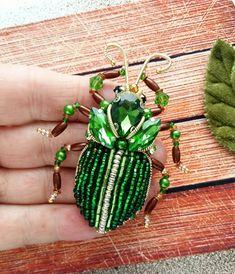 А у меня снова жучок зеленый насыщенный красавец как же он чудно смотрится на одежде, я примеряла выполнен на заказ для прекрасной девушки Желаете себе жука? Не забудьте, что расцветка может быть абсолютно любой ☝ #брошьручнойработы #авторскаяброшь #брошьказань #брошьизбисера #подарок #модно #стильно #брошьжук #жукскарабей #изумруд #брошьнасекомое #насекомое #жук #жукброшь #жучок #жужа #handmade #handworks #brooches #assecories