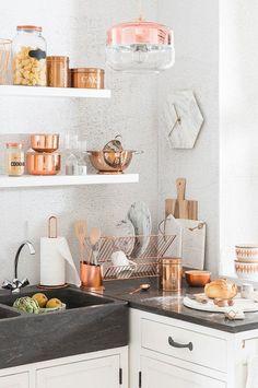 25 Copper Kitchen Decor Ideas That Are Stunningly Beautiful Copper Kitchen Accessories, Copper Kitchen Decor, Copper Decor, Farmhouse Kitchen Decor, Kitchen Interior, Kitchen On A Budget, New Kitchen, Kitchen Ideas, Rose Gold Kitchen