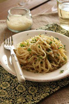 Greek Beauty, Garlic Pasta, Tasty, Yummy Food, Spaghetti, Food And Drink, Cooking, Ethnic Recipes, Vintage