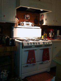 See Photos: Our Readers' Amazing Antique Stoves and Ovenscountryliving Vintage Appliances, Kitchen Appliances, Old Stove, Vintage Stoves, Antique Stove, Cottage Kitchens, Vintage Kitchen Decor, New Kitchen, Kitchen Ideas
