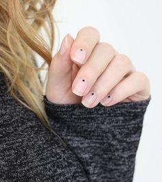 Nail art nude : une pointe de vernis noir sur chaque ongle