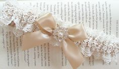 Hochzeit Strumpfband in Champagner und Elfenbein von JLWeddings
