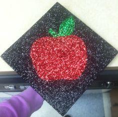 Apple graduation cap for the teacher Riemen Joyner Teacher Graduation Cap, Graduation 2016, Graduation Cap Decoration, Graduation Celebration, Graduation Hats, Graduation Ideas, Grad Hat, Diy And Crafts, Arts And Crafts