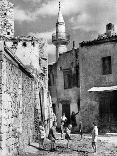 Chania not to have ever heard! Vintage Pictures, Old Pictures, Old Photos, Greece Pictures, Greece Photography, Tree Identification, Crete Island, Greek History, Crete Greece