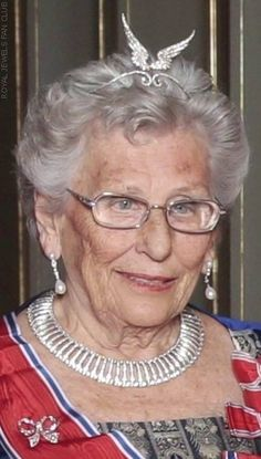 Princess Astrid of Norway with her Aigrette of feathers. A heritage from Queen Maud, her grandmother. An aigrette that is one of the most versatile and peculiar pieces of royal jewellery. The feathers can be changed with some ruby and diamond shaped as flowers