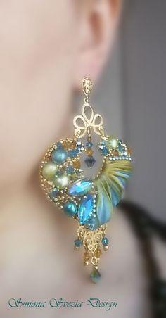 Orecchini con seta shibori realizzati artigianalmente con la tecnica dellembroidery.  Materiali: - seta shibori - cristalli Swarovski - perle