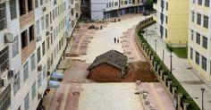 Uma casa ficou no meio de uma rodovia em construção em Nanning, na região autônoma de Guangxi Zhuang, na China, em foto tirada no dia 10 de abril. De acordo com imprensa local, o dono do imóvel se recusou a fazer um acordo com autoridades locais sobre a indenização por demolição