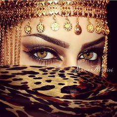 If looks could kill. We'd be dead already, dammmnnn those eyes! Arabian Eyes, Arabian Beauty, Arabian Nights, Beautiful Hijab, Gorgeous Eyes, Pretty Eyes, Arabic Makeup, Indian Makeup, Beauty Make Up