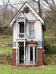 i would love to have this in the backyeard for the kids a playhouse!! i had one like this very similar as a child...