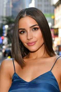 Olivia Culpo Mid-Length Bob - Olivia Culpo showed off a sleek mid-length bob while visiting 'Extra. Olivia Culpo Hair, Mid Length Bobs, Medium Hair Styles, Short Hair Styles, Long Bob Hairstyles, Mid Haircuts, Medium Haircuts, Shoulder Length Hair, Celebrity Look