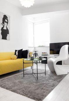 wohnzimmer in schwarz und weiß und ein gelbes sofa als akzent