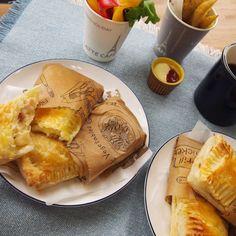 お店に行っても数量限定で食べられない…と悲鳴の聞こえる、マックの大人気メニュー「ベーコンポテトパイ」。ならば、おうちで再現しちゃいましょう!チーズも入れて、おいしさが加速するベーコンポテトパイのレシピです♩