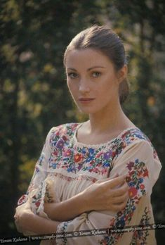 Jane Seymour Embroidered Mexican peasant blouses and dresses will always remind me of the vintage fashion color photo print ad models magazine designer peasant ethnic. 70s Vintage Fashion, 70s Fashion, Vintage Beauty, Vintage Glamour, Lady Jane Seymour, Divas, Model Magazine, Magazine Design, Penelope