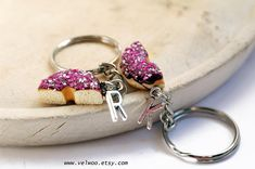 BFF keychain, best friends keychain intial initial keychain, Donut keychain, Best Friends gift, BFF, Sweet keychain, Friendship keychain Chocolate donut with pink sprinkles  Initial: Choose your initial from the drop down menu  This listing is for two donut half keychains. The size of the donut are ap. 25mm  ● More keychains: https://www.etsy.com/shop/Velwoo?section_id=17157676&ref=shopsection_leftnav_8 ● More donut items: https://www.etsy.com/...