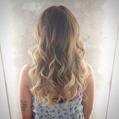 California Girl #studioleozamper #cidadebaixa #portoalegre #poa #hair #haircolor #hairstylist #highlights #highlight #blonde #beigeblonde #beige #waves #waveshair #beachhair #balayage #california #californiagirl #cabelismo #nofilter #schwarzkopfbr #redken