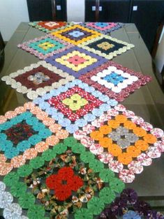 Tapete em fuxico Handmade Crafts, Diy And Crafts, Arts And Crafts, Sewing Crafts, Sewing Projects, Yo Yo Quilt, Fabric Necklace, Scrappy Quilts, Quilt Block Patterns