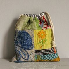 Drawstring bag kantha patchwork by roxycreations on Etsy Boro Stitching, Hand Stitching, Patchwork Bags, Quilted Bag, Fabric Bags, Fabric Scraps, Fabric Basket, Sac Recyclable, Sacs Tote Bags