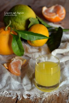 Preparato con scorze profumate di arancia, limone, mandarino e bergamotto di Reggio Calabria. Un delizioso liquore semplice e facile da fare, perfetto da gustare come dopo pasto oppure preparare e regalare in occasioni speciali. Reggio, Cantaloupe, Fruit