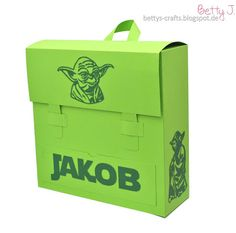 Bettys Crafts: Schulranzen-Geschenkbox im Yoda-Look