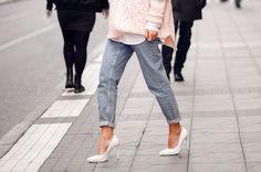 white pumps, pink sweater Outfit 2016, Street Chic, Street Wear, Pink Street, Estilo Jeans, Jeans Boyfriend, Mom Jeans, Men's Jeans, Skinny Jeans