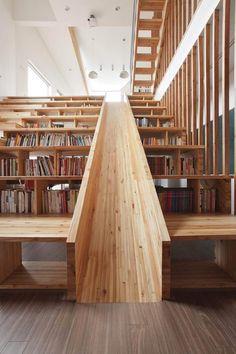 escalier toboggan d'intérieur avec rangements en bois massif et revêtement de sol imitation parquet