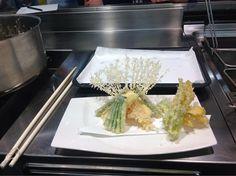 Tempura di verdure. La decorazione è fatta di spaghetti. Roba da artisti...