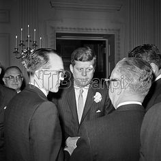 1961. 16 Mars. By Henry BURROUGHS. President John Kennedy talks with Rep. Merwin Coad, D-Ia., left, and Rep. Frank T. Bow, R-Ohio in Washington at a White House coffee for members of the congress. (AP Photo)