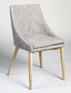 Madison Spisebordsstol - grå - Flot spisebordsstol med praktiske armlæn. Spisebordsstolen er betrukket med gråt stof med ben i hvidvasket egetræ, som giver stolen en lækker finish. Spisebordsstolen kan med fordel kombineres med spiseborde fra New Shape eller Link serien.