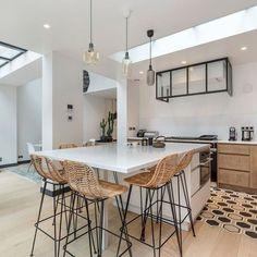 A generous dining area in a large kitchen Small Kitchen Tables, Big Kitchen, Small Dining, Rustic Kitchen, Dining Area, Kitchen Vinyl, Home Decor Kitchen, Küchen Design, Kitchen Backsplash