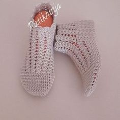 This Pin was discovered by HUZ Crochet Slipper Pattern, Knit Vest Pattern, Crochet Slippers, Knit Baby Shoes, Crochet Baby Boots, Crochet Ripple, Knit Crochet, Knitting Socks, Baby Knitting