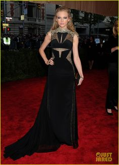 Taylor Swift is absolutely stunning on the red carpet at the 2013 Met Gala held at the Metropolitan Museum of Art on Monday (May 6) in New York City.    The 23-year-old…