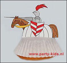 Print de werktekening en knip de ridders uit.  Zet het cakeje op zijn kop en leg het papieren cakevormpje eroverheen.   Prik de punt van de ridder in de onderkant van het cakeje door het papier.     Werktekening Ridder - rechts (pdf):  http://www.party-kids.nl/images/WT_ridder_cake2.pdf     Werktekening Ridder - links (pdf):  http://www.party-kids.nl/images/WT_ridder_cake1.pdf    Bron:http://www.party-kids.nl/traktatie.asp?intCategorie=1=3037