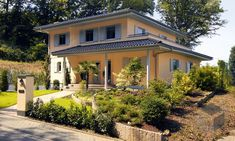 Flair des Südens von SchwörerHaus. Wohnfläche von 180 m² verteilt auf 6 Zimmer ➤ Große Auswahl mediterraner Häuser auf #Fertighaus.de : https://www.fertighaus.de/stile/mediterran/?utm_source=Pinterest&utm_medium=Pinterest&utm_campaign=Mediterrane%20H%C3%A4user&utm_content=Mediterrane%20H%C3%A4user #Haustypen #Hausbau #Luxushaus #Familienhaus #Walmdach #Stadtvilla #Garten #Toskana