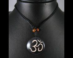 Beau collier composé d'un galon noir et d'un pendentif en os de buffle, avec le symbole Om. ----------------------------------------------- Bone necklace with om. www.savdana.com
