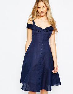 Pin for Later: Zeigt dem Winter die kalte Schulter mit diesem Frühjahrstrend  Asos schlichtes, schulterfreies Kleid mit durchgehender Knopfleiste in Marineblau (43 €)