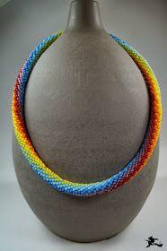 Was soll ich dazu noch sagen???   Gehäkelt mit matten Toho R8 in den Regenbogenfarben...     Ich mag den Farbverlauf durch die Dreh...