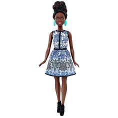Barbie - Muñeca Fashionista Vestido Brocado Blanco y Azul, una muñeca de la colección Barbie Fashionista y que rebosa de glamour de la cabeza a los pies. Con modas inspiradas en las series Barbie, ¡sabe posar como una verdadera modelo!