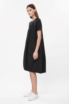 COS - A voluminous shape with a concave asymmetrical hemline, this dress is made from a cotton-mix with a subtle ribbed quality. An A-line fit, it has a neat round neckline with dart seams, in-seam pockets and a hidden back zip. Cos Dresses, Fall Dresses, Dresses Online, Dresses For Work, Cocoon Dress, Funky Fashion, Contemporary Fashion, Concave, Knit Dress
