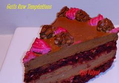 Raw Red Velvet Mud Cake Raw Dessert Recipes, Raw Vegan Desserts, Raw Food Recipes, Delicious Desserts, Red Velvet, Velvet Cake, Raw Cake, Beet Recipes, How Sweet Eats
