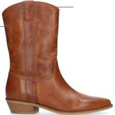 #westernoutfits - Cognacfarbene Cowboystiefel der Marke Manfield. Die Stiefel sind vollständig aus Leder gearbeitet und haben eine Laufsohle aus Gummi. Der Absatz der Boots ist 4 cm hoch, das Plateau ist 1 cm dick. Die Stiefel sind ein echtes Trend-Item und lassen sich trotzdem vielseitig kombinieren. Tragen Sie die Cowboystiefel für einen nonchalanten Look mit einer Jeans und einem T-Shirt. Für einen schönen Casual Look lassen sich die Stiefel toll mit einem Kleid kombinieren. Pflegen… Shoes With Jeans, Black Cowboy Boots, Cowboy Boots Women, Cowgirl Boots, Desert Boots, Western Outfits, Doc Martens Boots, Black Cowboys, Black Jeans
