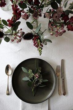 Moody and dark table setting - perfect for a Fall wedding! #fallwedding #fall #autumn #weddingdecor